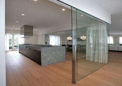 Drzwi szklane przesuwne- Drzwi w zabudowie szklanej